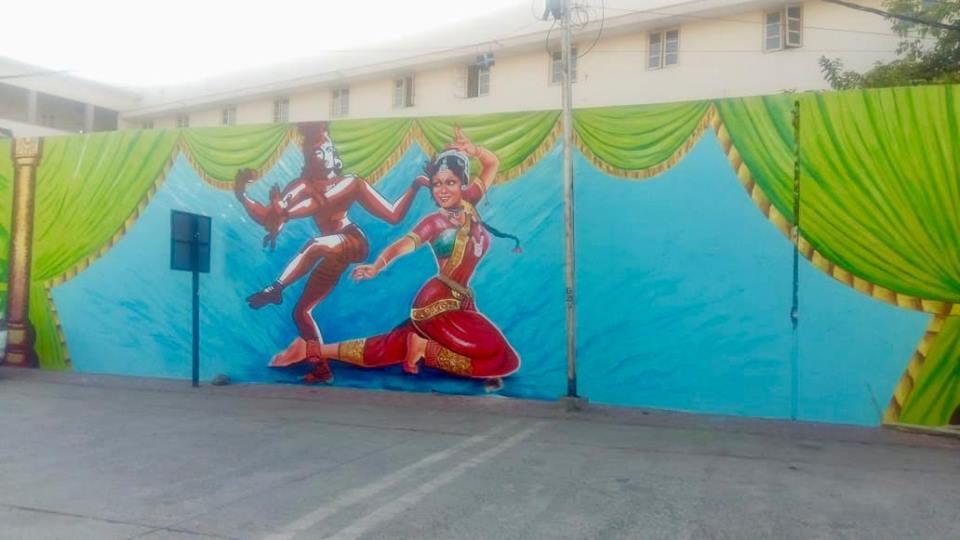 शास्त्रीय संगीत और नृत्य के चित्रों से निखरी शहर की कुछ दीवारें